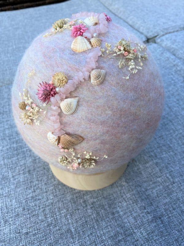 Filzlampe Ø17cm Blumendesign 039 - glanzfein weiß mit Rosenquarz, Perlen, Muscheln und echten Blüten 5 SanjaNatur