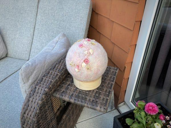 Filzlampe Ø17cm Blumendesign 039 - glanzfein weiß mit Rosenquarz, Perlen, Muscheln und echten Blüten 6 SanjaNatur