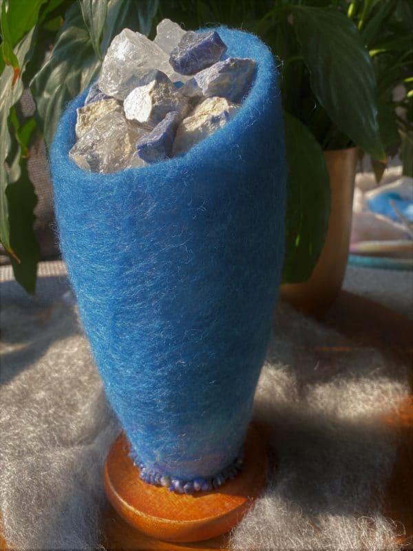 Edelstein Filzlampe 042 - blaues Wunder mit Sodalith und Bergkristall 1 SanjaNatur