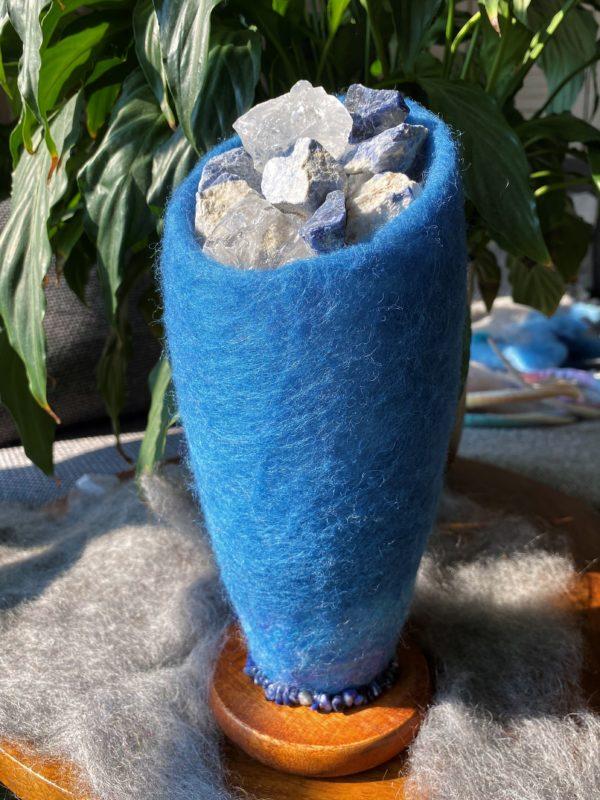 Edelstein Filzlampe 042 - blaues Wunder mit Sodalith und Bergkristall 4 SanjaNatur