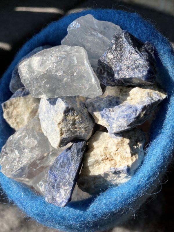 Edelstein Filzlampe 042 - blaues Wunder mit Sodalith und Bergkristall 2 SanjaNatur