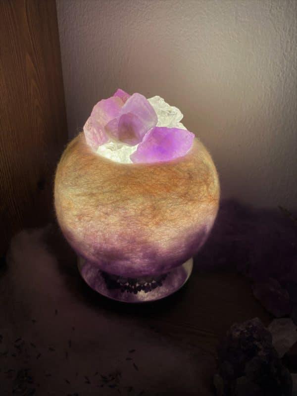 Edelstein Filzlampe 051 - lila und glanzfein weiß mit Amethyst und Bergkristall 1 SanjaNatur