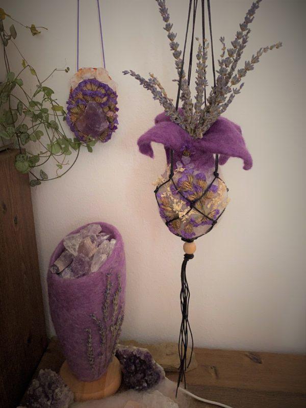 Wandamulett Amethyst hängend 001 - lila Amethyst auf Holzscheibe mit echten Blüten 6 SanjaNatur