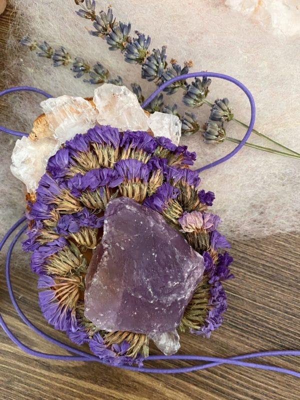 Wandamulett Amethyst hängend 001 - lila Amethyst auf Holzscheibe mit echten Blüten 1 SanjaNatur