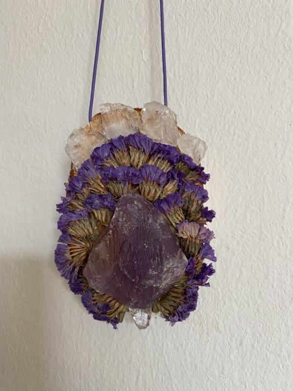Wandamulett Amethyst hängend 001 - lila Amethyst auf Holzscheibe mit echten Blüten 2 SanjaNatur