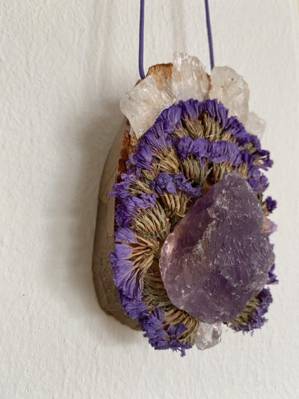 Wandamulett Amethyst hängend 001 - lila Amethyst auf Holzscheibe mit echten Blüten 4 SanjaNatur