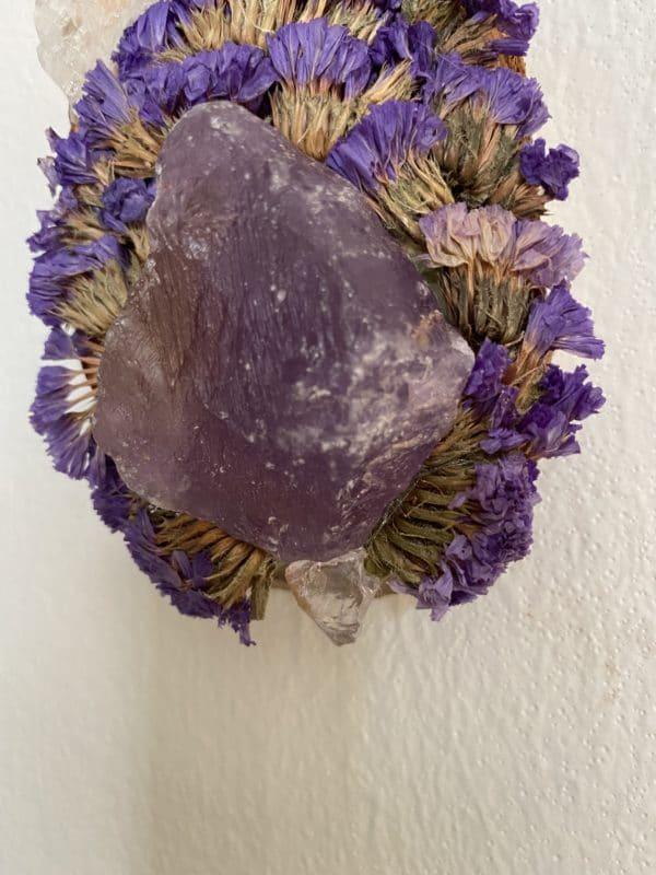 Wandamulett Amethyst hängend 001 - lila Amethyst auf Holzscheibe mit echten Blüten 5 SanjaNatur