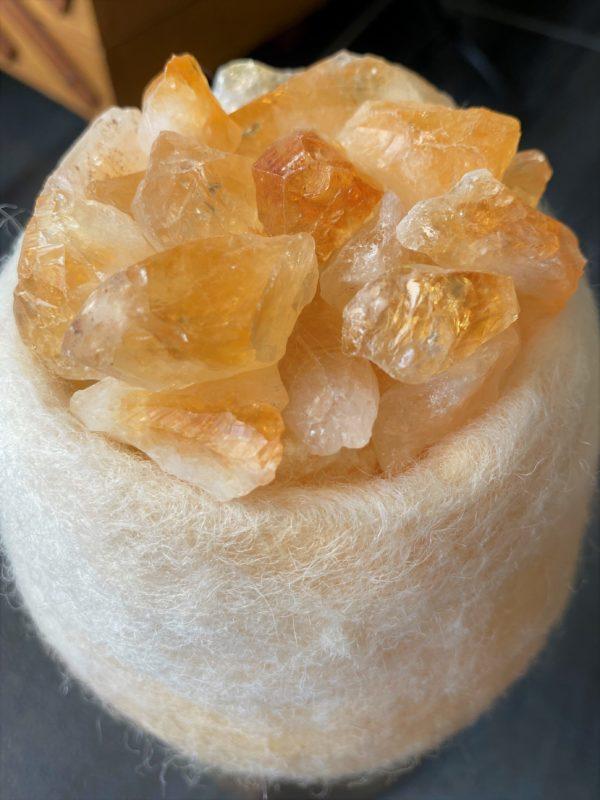 Edelstein Filzlampe 079 - creme/weiß mit Citrin, Orangencalzit und Bergkristall 5 SanjaNatur