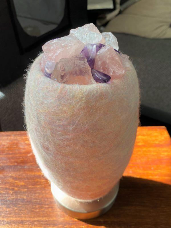 Edelstein Filzlampe 080 - glanzfein weiß mit Amethyst, Bergkristall, Rosenquarz und Salzkristall 10 SanjaNatur