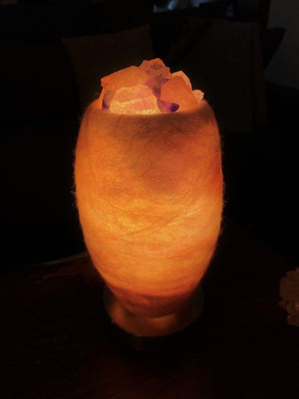 Edelstein Filzlampe 080 - glanzfein weiß mit Amethyst, Bergkristall, Rosenquarz und Salzkristall 3 SanjaNatur