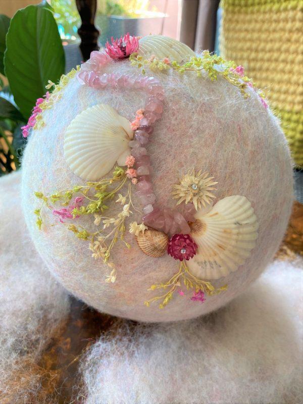 Filzlampe Ø17cm Rosenquarz - mit Muscheln und echten Blüten 7 SanjaNatur