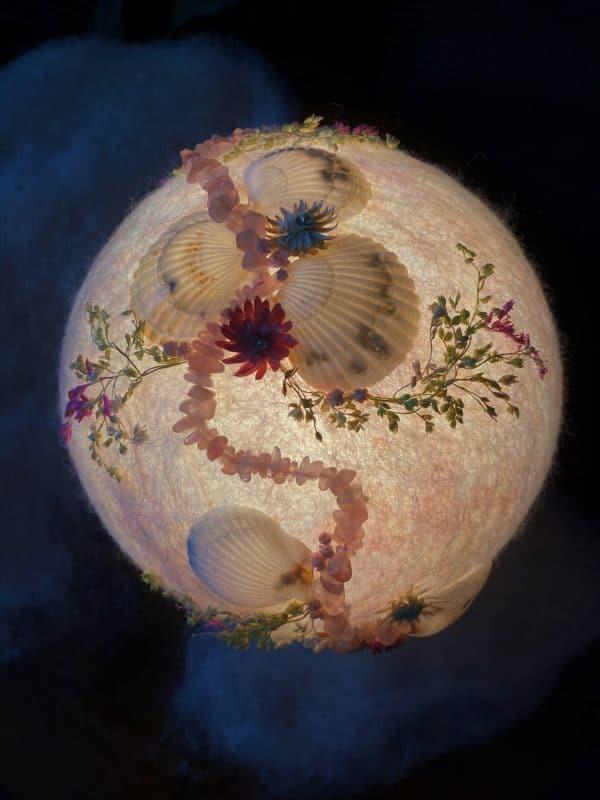 Filzlampe Ø17cm Rosenquarz - mit Muscheln und echten Blüten 4 SanjaNatur