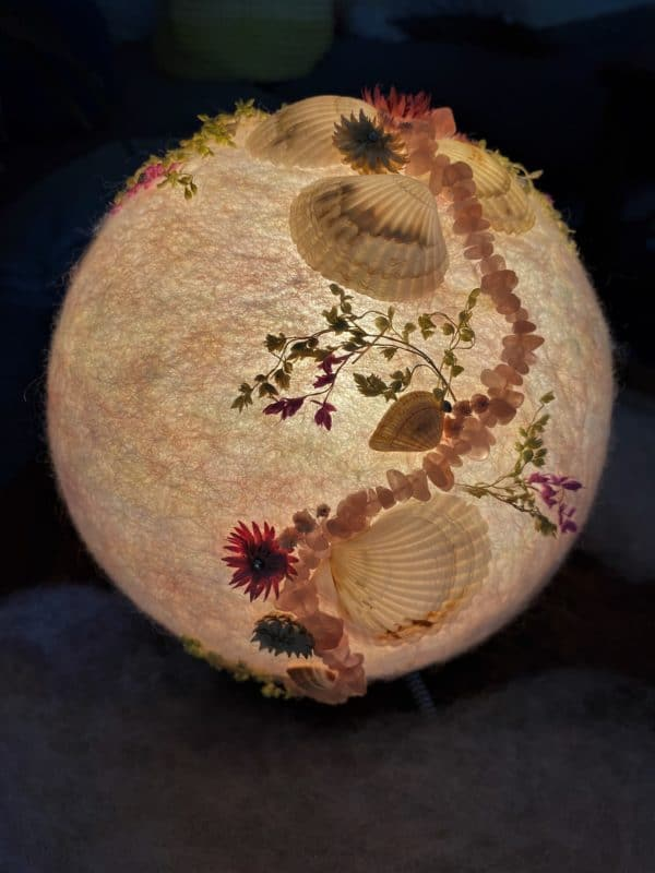 Filzlampe Ø17cm Rosenquarz - mit Muscheln und echten Blüten 1 SanjaNatur