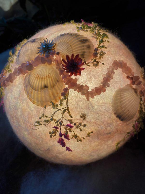 Filzlampe Ø17cm Rosenquarz - mit Muscheln und echten Blüten 3 SanjaNatur