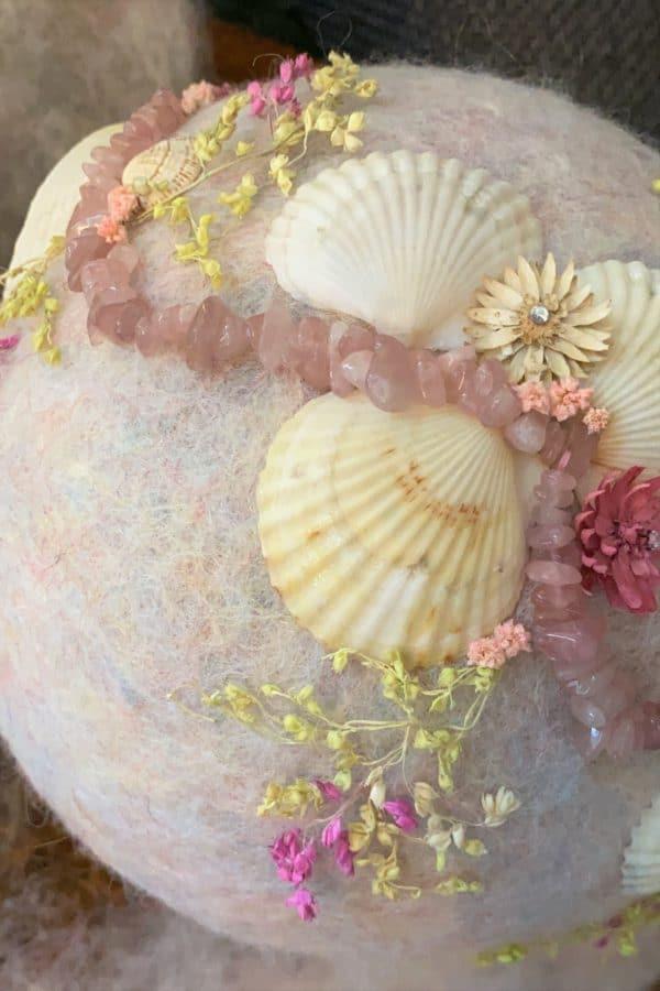 Filzlampe Ø17cm Rosenquarz - mit Muscheln und echten Blüten 8 SanjaNatur