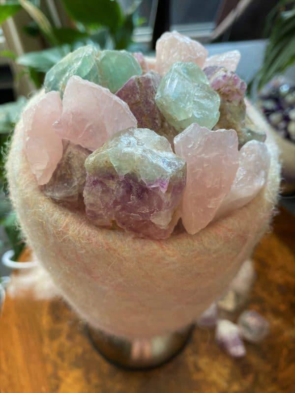 Edelstein Filzlampe 073 - rosa + glanzfein weiß mit Rosenquarz, Regenbogen Fluorit und Salzkristall 5 SanjaNatur