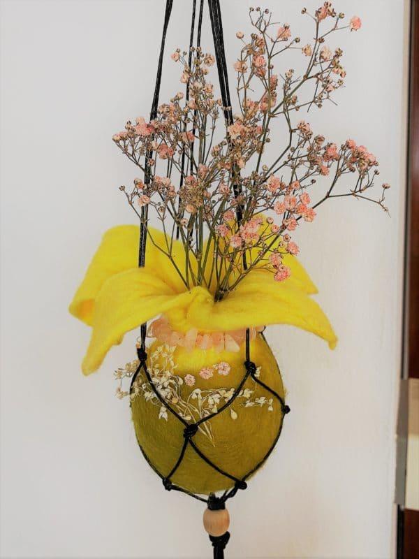 Filzvase hängend Ø8 cm 001 - gelb-grün-rosa mit Rosenquarz und echten Blüten 4 SanjaNatur