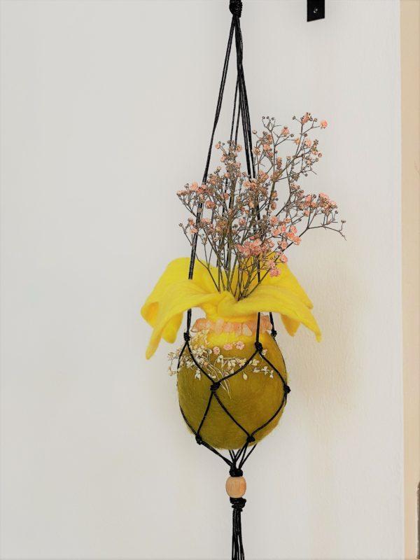 Filzvase hängend Ø8 cm 001 - gelb-grün-rosa mit Rosenquarz und echten Blüten 2 SanjaNatur