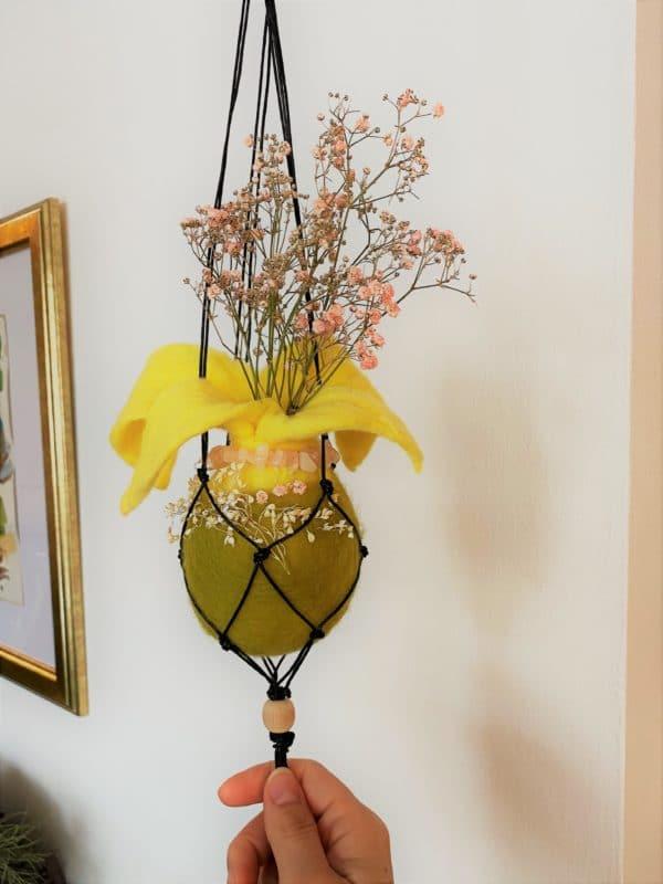 Filzvase hängend Ø8 cm 001 - gelb-grün-rosa mit Rosenquarz und echten Blüten 1 SanjaNatur