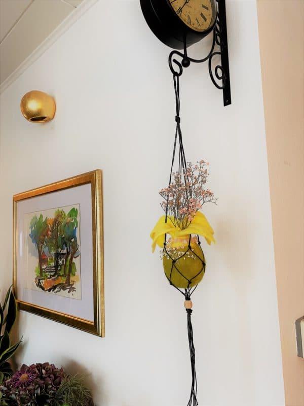 Filzvase hängend Ø8 cm 001 - gelb-grün-rosa mit Rosenquarz und echten Blüten 3 SanjaNatur