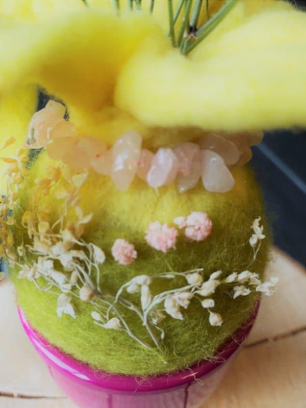 Filzvase hängend Ø8 cm 001 - gelb-grün-rosa mit Rosenquarz und echten Blüten 8 SanjaNatur