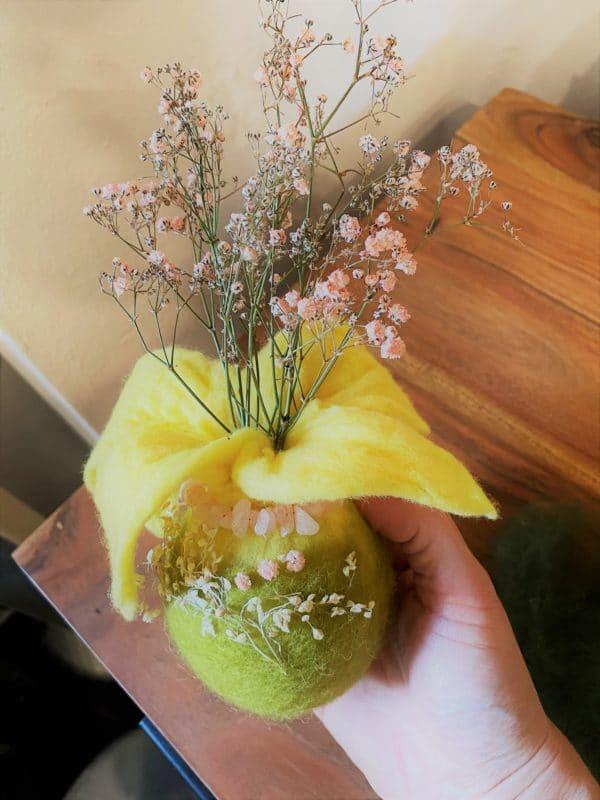 Filzvase hängend Ø8 cm 001 - gelb-grün-rosa mit Rosenquarz und echten Blüten 6 SanjaNatur