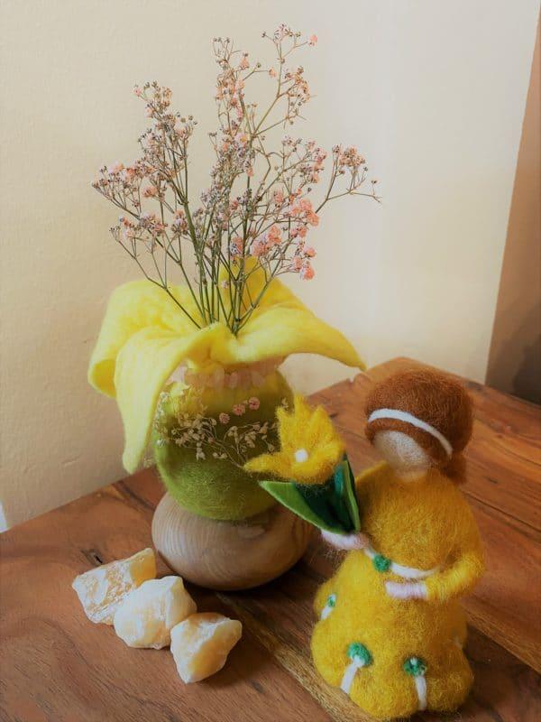 Filzvase hängend Ø8 cm 001 - gelb-grün-rosa mit Rosenquarz und echten Blüten 7 SanjaNatur