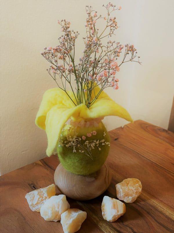 Filzvase hängend Ø8 cm 001 - gelb-grün-rosa mit Rosenquarz und echten Blüten 5 SanjaNatur