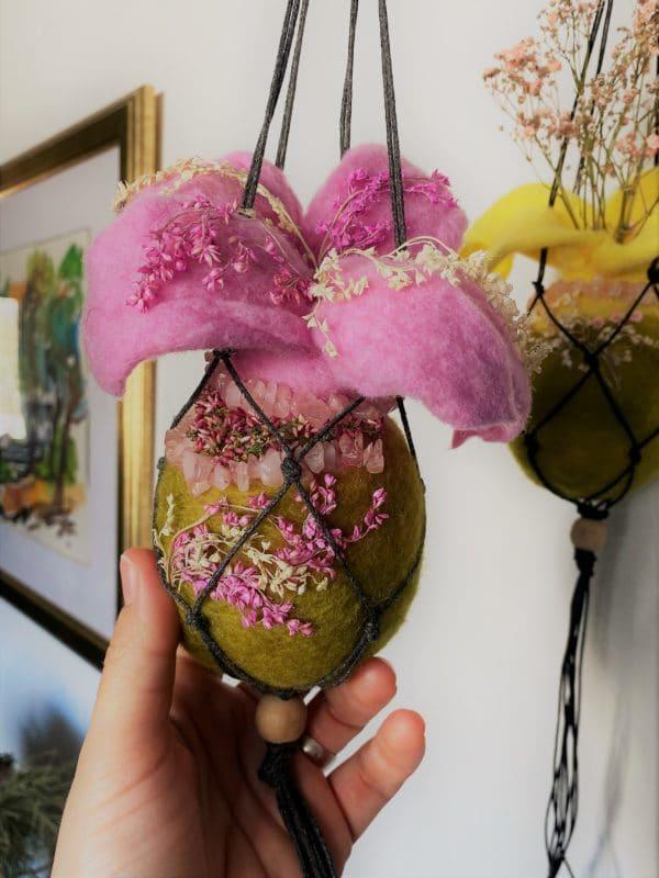 Filzvase Ostern hängend Ø8 cm 003 - rosa grün mit Rosenquarz und echten Blüten 2 SanjaNatur