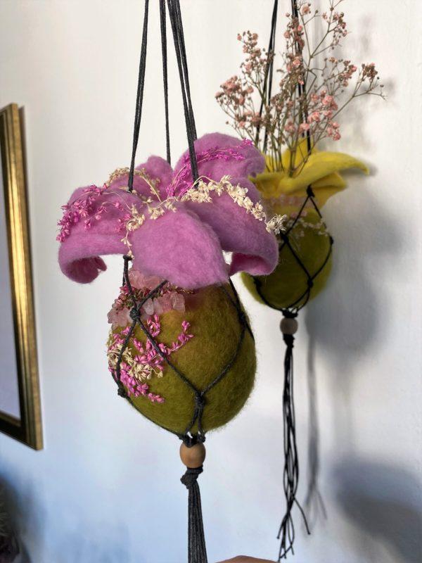 Filzvase Ostern hängend Ø8 cm 003 - rosa grün mit Rosenquarz und echten Blüten 5 SanjaNatur