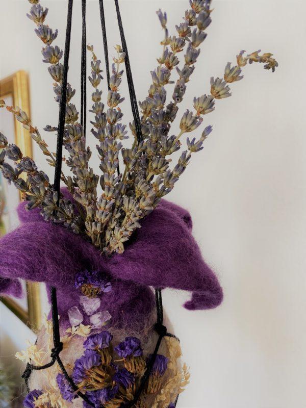 Filzvase hängend Ø8 cm 002 - lila glanzfein weiß mit Amethyst und echten Blüten 3 SanjaNatur