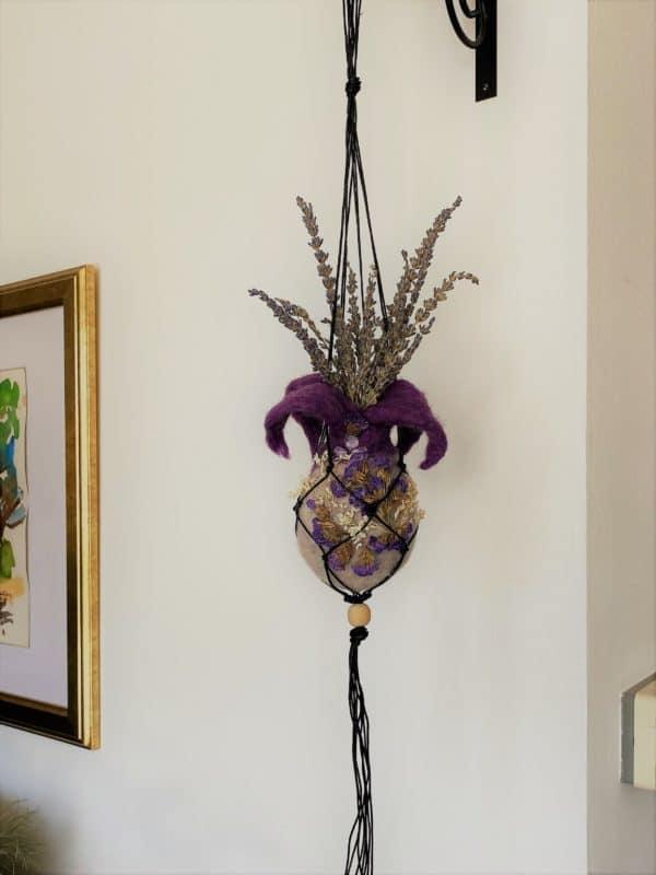 Filzvase hängend Ø8 cm 002 - lila glanzfein weiß mit Amethyst und echten Blüten 1 SanjaNatur