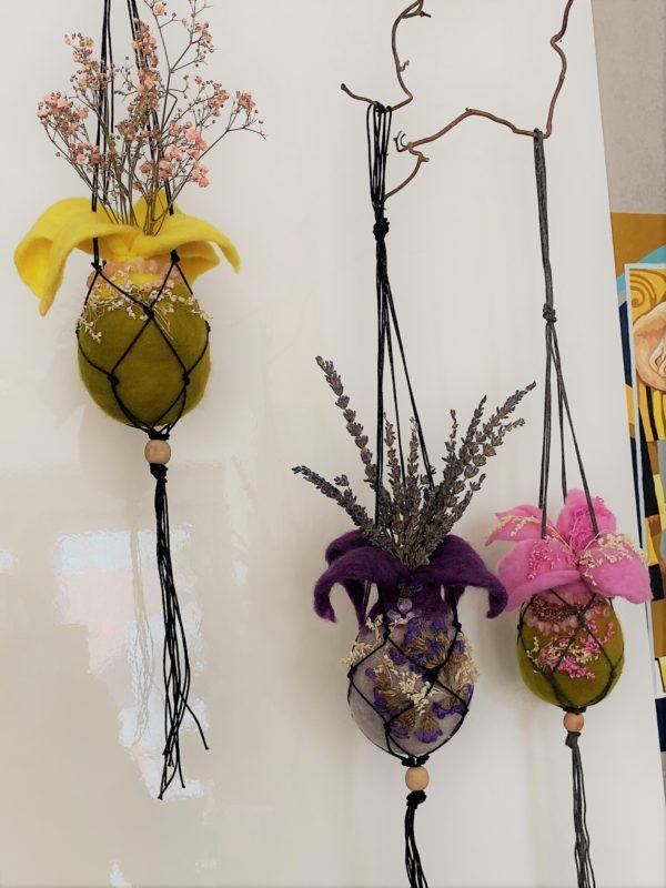Filzvase hängend Ø8 cm 002 - lila glanzfein weiß mit Amethyst und echten Blüten 5 SanjaNatur