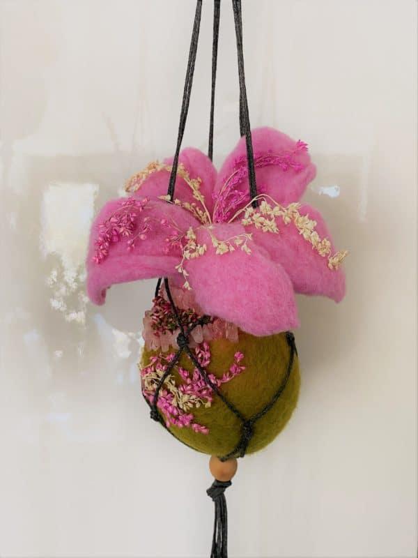 Filzvase Ostern hängend Ø8 cm 003 - rosa grün mit Rosenquarz und echten Blüten 1 SanjaNatur