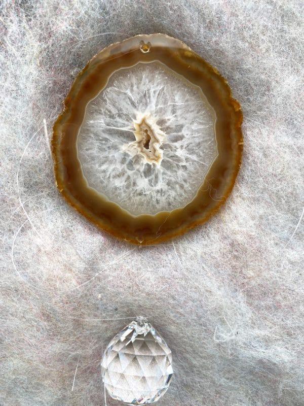Achatscheibe Seelenfrieden 019 mit Prisma Regenbogenkristall 4 SanjaNatur