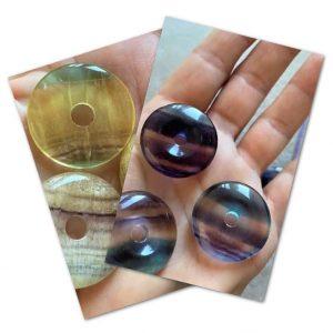 Heilstein-Donut Regenbogen Fluorit mit Baumwollband - Konzentration - zum Schulanfang 2 SanjaNatur