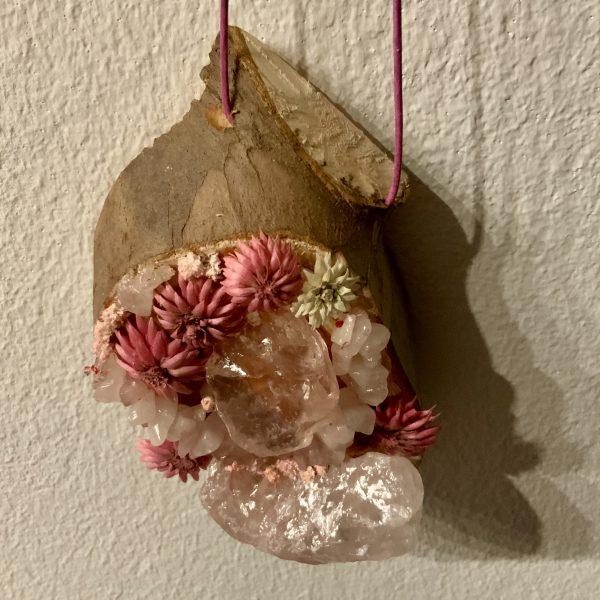 Wandamulett Rosenquarz hängend 002 - Rosenquarz auf Holzscheibe mit echten Blüten 5 SanjaNatur