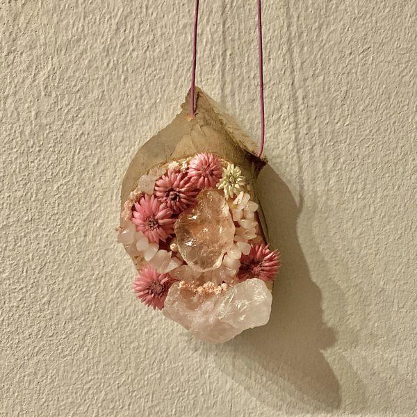 Wandamulett Rosenquarz hängend 002 - Rosenquarz auf Holzscheibe mit echten Blüten 2 SanjaNatur