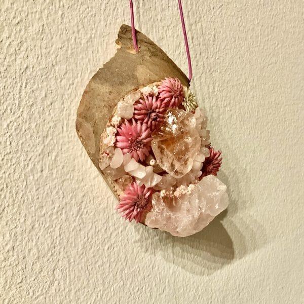 Wandamulett Rosenquarz hängend 002 - Rosenquarz auf Holzscheibe mit echten Blüten 3 SanjaNatur