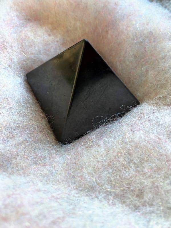 Schungit Pyramide 03 cm und 05 cm Strahlenschutz 1 SanjaNatur