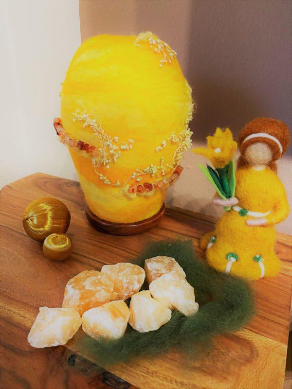 Frühlingsset - Filzlampe mit echtem Carneol Steinen und echten Blüten mit gelben Frühlingsmädchen 1 SanjaNatur