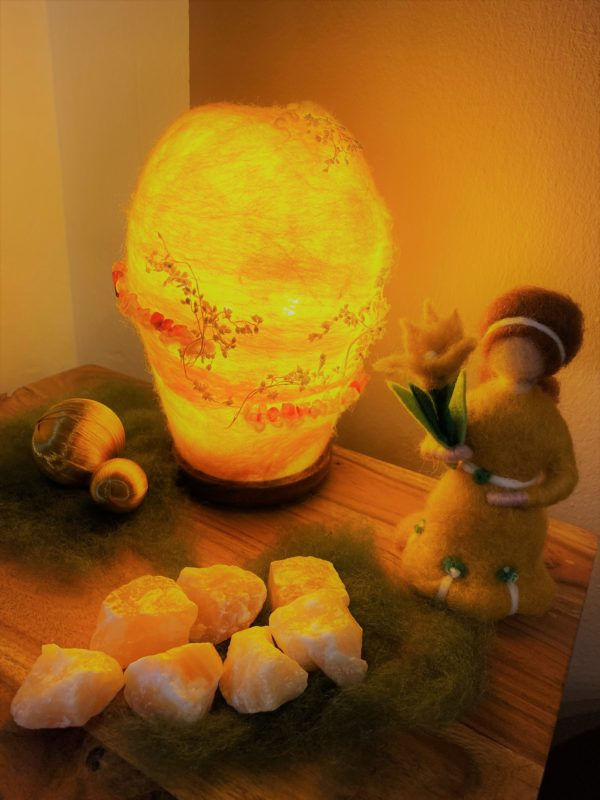 Frühlingsset - Filzlampe mit echtem Carneol Steinen und echten Blüten mit gelben Frühlingsmädchen 4 SanjaNatur