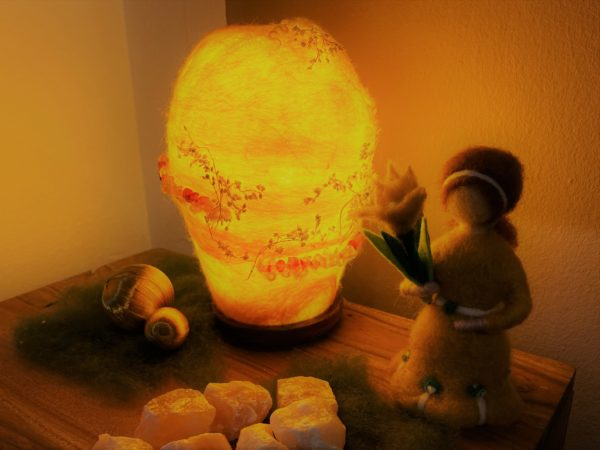 Frühlingsset - Filzlampe mit echtem Carneol Steinen und echten Blüten mit gelben Frühlingsmädchen 3 SanjaNatur