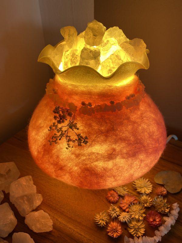 Edelstein Filzlampe 029 - rosa mit Bergkristall und Rosenquarz und echten Blüten 11 SanjaNatur