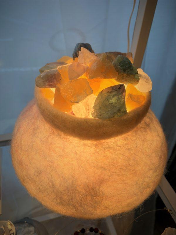 Edelstein Filzlampe 081 - beige glanzfein mit Orangencalzit, Bergktistall und Regenbogenfluorit 2 SanjaNatur