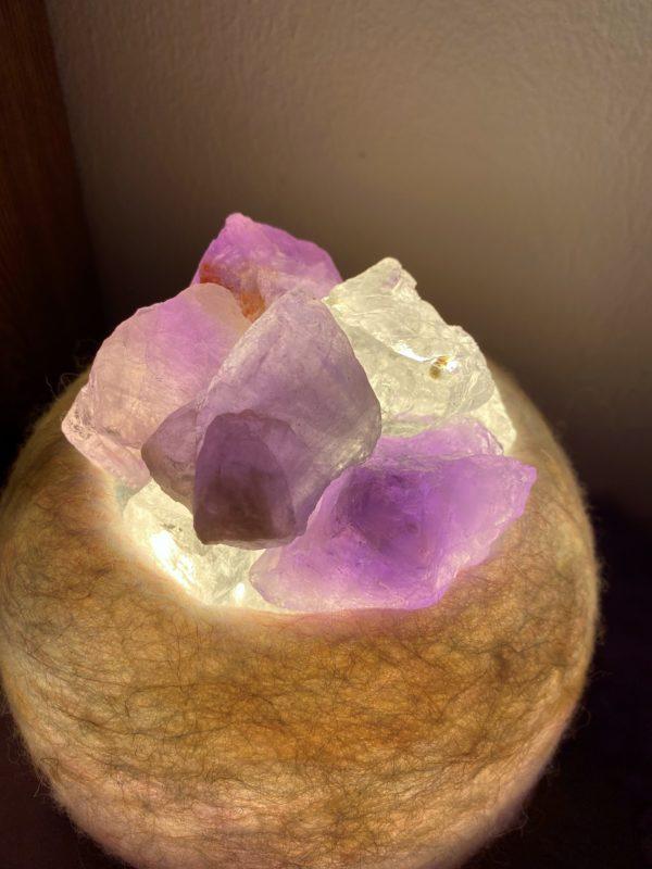 Edelstein Filzlampe 051 - lila und glanzfein weiß mit Amethyst und Bergkristall 2 SanjaNatur