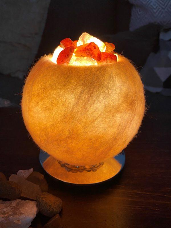 Edelstein Filzlampe 054 - creme und glanzfein weiß mit Carneol, Salzkristall und Citrin 3 SanjaNatur