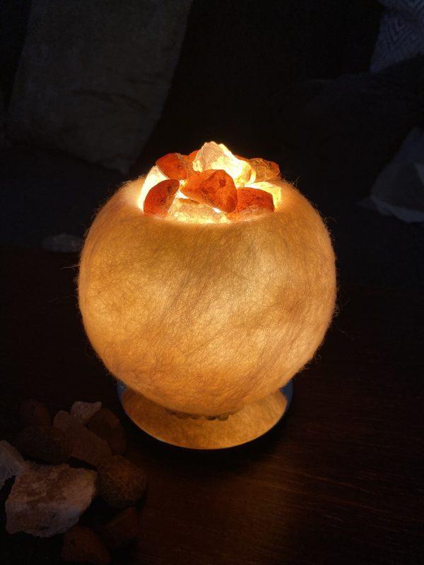 Edelstein Filzlampe 054 - creme und glanzfein weiß mit Carneol, Salzkristall und Citrin 1 SanjaNatur