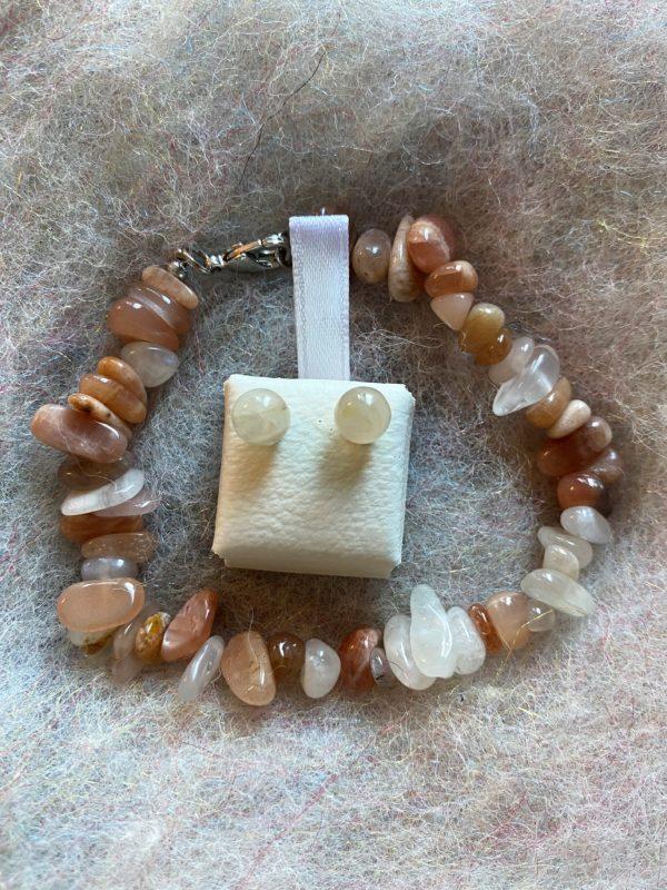 Set: Edelsteinarmband roter Mondstein mit passenden Ohrsteckern - Frauenpower und Intuition 1 SanjaNatur
