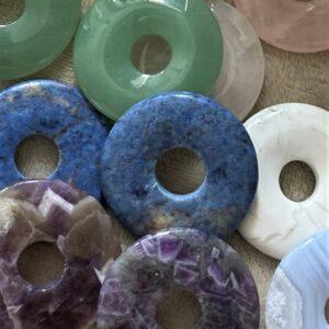 Heilstein-Donut mit Donuthalter und Baumwollband - verschiedene Ausführungen 2 SanjaNatur